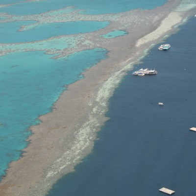 ponton met het great barrier reef