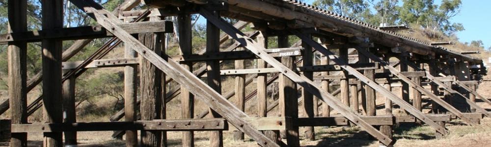 houten spoorbrug in de outback