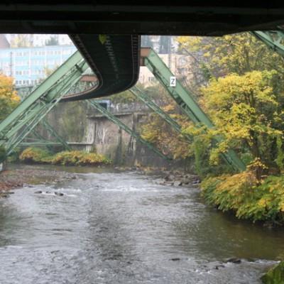 Schwebebahn over de rivier, Wuppertal