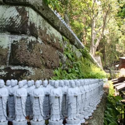beeldjes bij tempel
