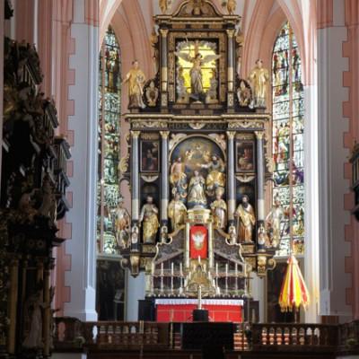 Het altaar van de kerk in Mondsee