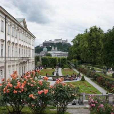 de tuin van slot Mirabel met op de achtergrond Schloss Hohensalzburg
