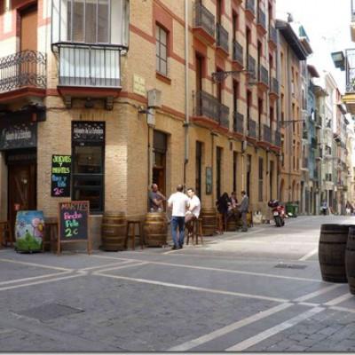 straatbeeld Pamplona, er wordt ook gefietst