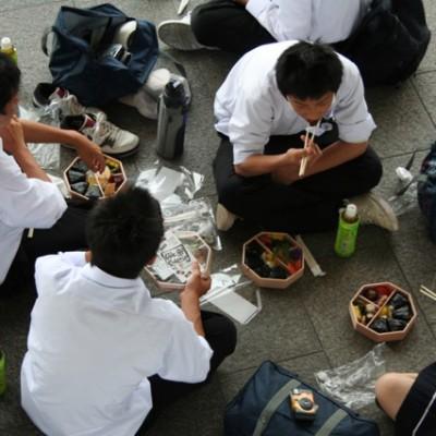 Schoolklas tijdens lunch